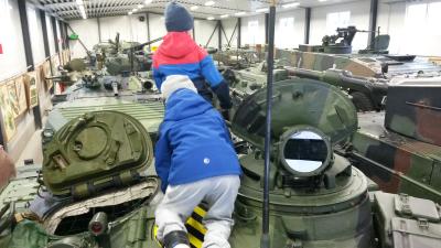 Kaksi poikaa panssarimuseossa.