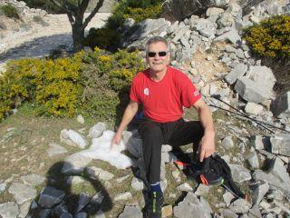 Jaakko Nyman istuu ulkona kivien päällä.