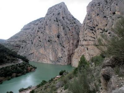 Kuva espanjalaisesta kalliosta ja joesta.