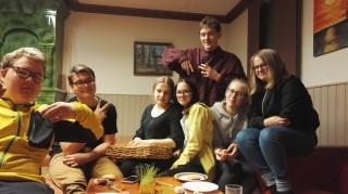 Seitsemän nuorta poseeraavat kameralle.