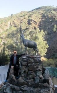 Jaakko Nyman poseeraa patsaan edessä.