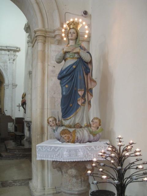 Pienen kirkon madonna kantaa tähtiä hiuksissaan.