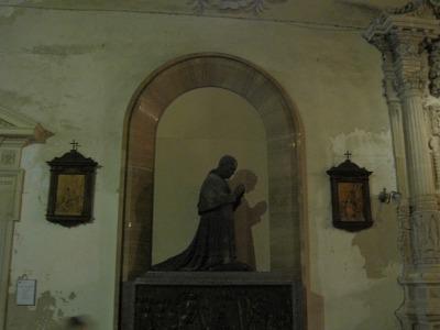 Katedraalin holviston kirkkoisät maalattuna seinälle.