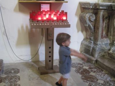 Pieni poika kirkossa.