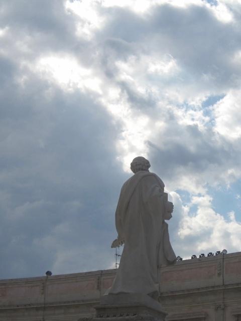 Patsas, jossa pyhä mies tähtyää taivaita. Katedraalin perustaja.