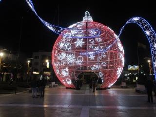 Fuengirolan kaupungintalon edessä on näyttävä joulupallo.