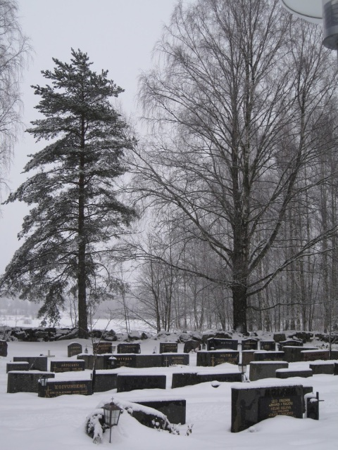 Talvinen hautausmaa.
