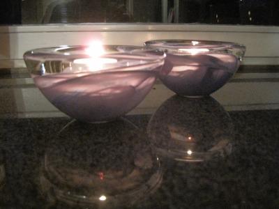 Kaksi kynttilätuikkua.