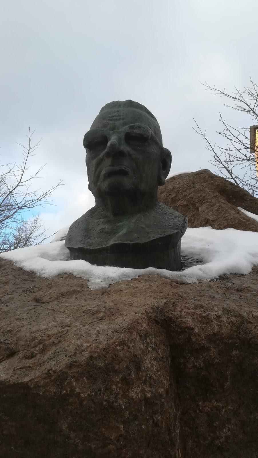 Kivipaaden päältä katseleva Juho Kusti Paasikiven patsas.