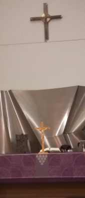 Keravan kirkon alttarin reliefi.