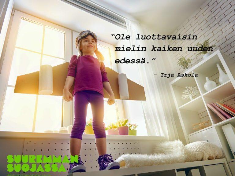 """Suuremman suojassa -nettisivuston kortti, jossa lukee """"Ole luottavaisin mielin kaiken uuden edessä"""". Tämän on sanonut Irja Askola. Kortissa on pieni tyttö, jolla on siivet selässä."""