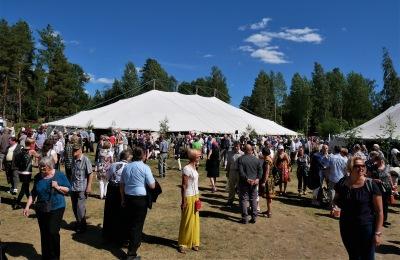 Kansan Raamattuseuran Sanan Suvipäivät Kangasniemellä. Kuvassa on paljon ihmisiä ja taaempana kaksi isoa valkoista telttaa.