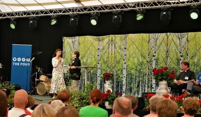 Kaksi naista puhumassa lavalla Kansan Raamattuseuran Sanan Suvipäivillä Kangasniemellä.