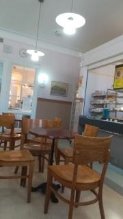 Keravan aseman kahvila kuvattuna sisältäpäin.