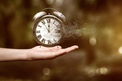 Kämmenellä on kello.