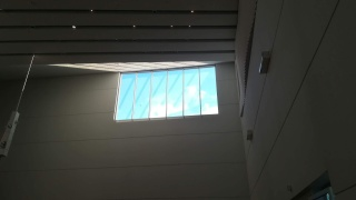 Ikkuna, josta näkyy sininen taivas, ja josta tulee valoa sisälle.