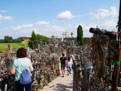 Liettuan Ristinkukkula, johon on tuotu satojatuhansia ristejä.