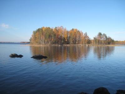 Järvimaisema, jossa on ruskaa nähtävillä.