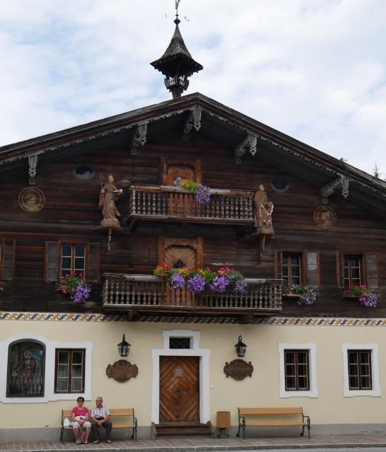 Talon ulkopääty, jossa on koristeena paimenia.