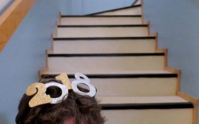 Pahviset leikkisilmälasit, joissa lukee 2018.