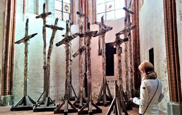 Lyypekin Pyhän Marian kirkon taideteos 14 särkynyttä ristiä.