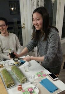 Japanilainen yliopisto-opiskelija Michika istuu pöydän ääressä.