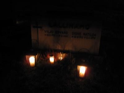 Vanhempien ja isovanhempien haudoille vietyjä kynttilöitä.