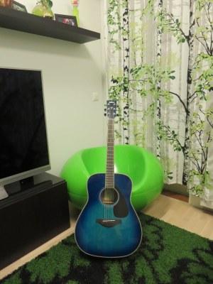 Kitara nojaamassa tuolia vasten.