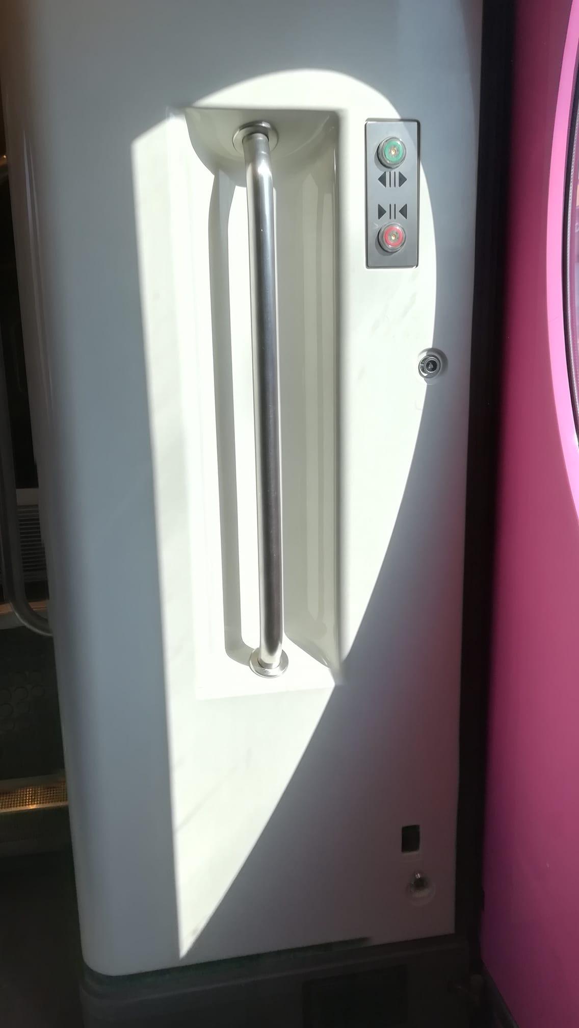 Liukuva ovi, jonka saa nappia painamalla auki tai kiinni.
