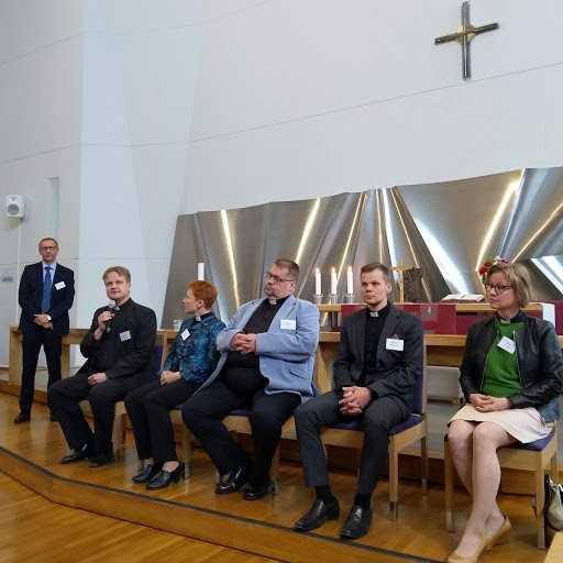 Kirkkoherranvaalin ehdokkaat istuvat kukin omalla tuolillaan Keravan kirkon alttarin edessä. Vasemmalta oikealle: Tuomas Hynynen,  Elina Perttilä, Kari Kopperi, Markus Tirranen ja Minna Rikkinen.