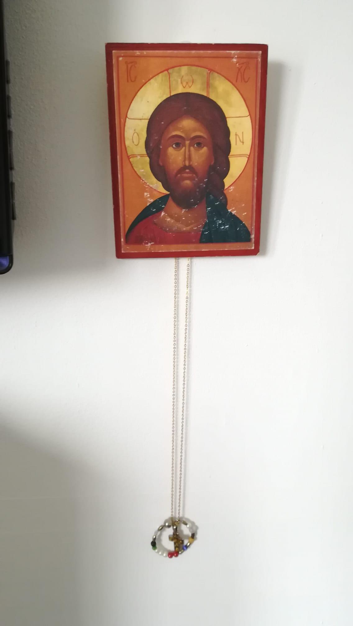 Ikonimaalaus Jeesuksesta ja siitä roikkuva risti.