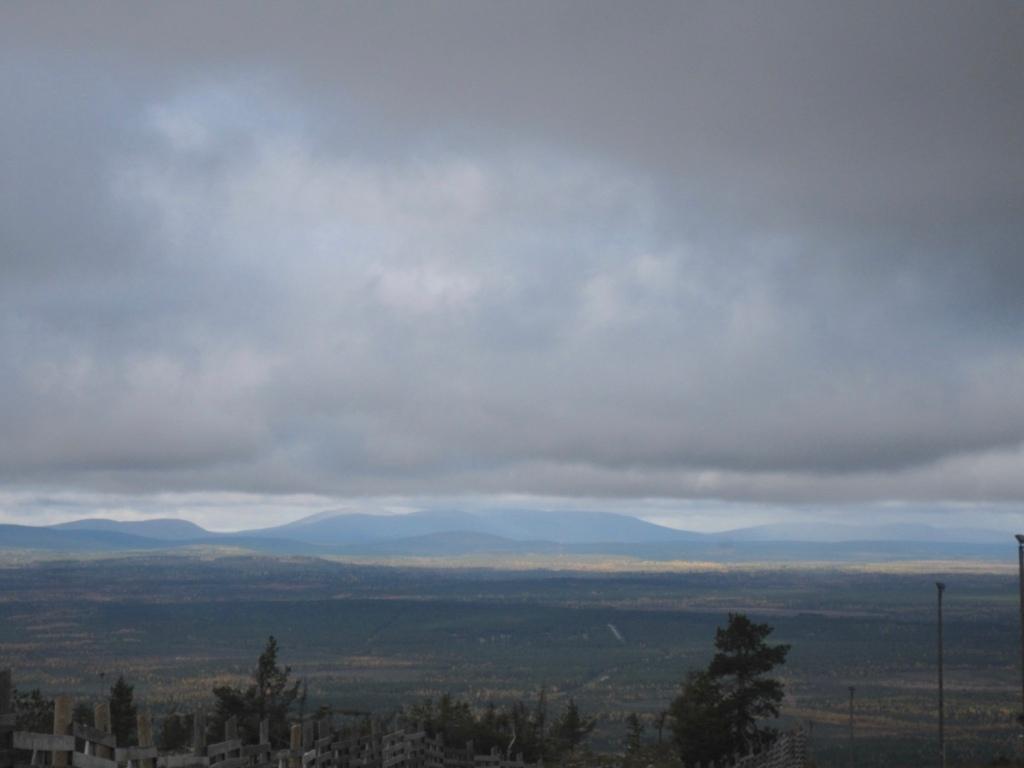 Taivasta ja vuoria horisontissa.
