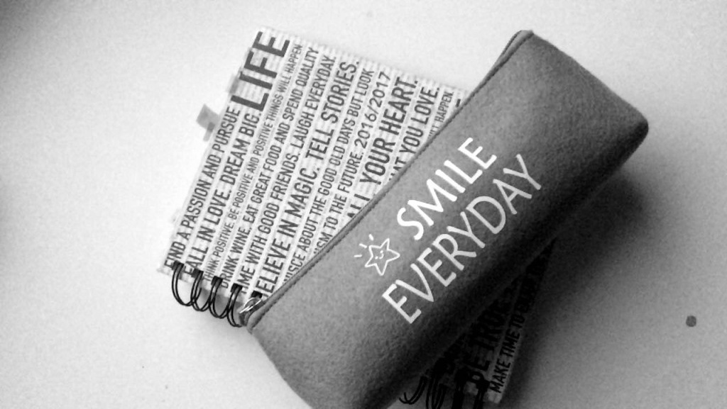 """Penaali, jossa lukee """"Smile everyday"""" eli hymyile joka päivä."""
