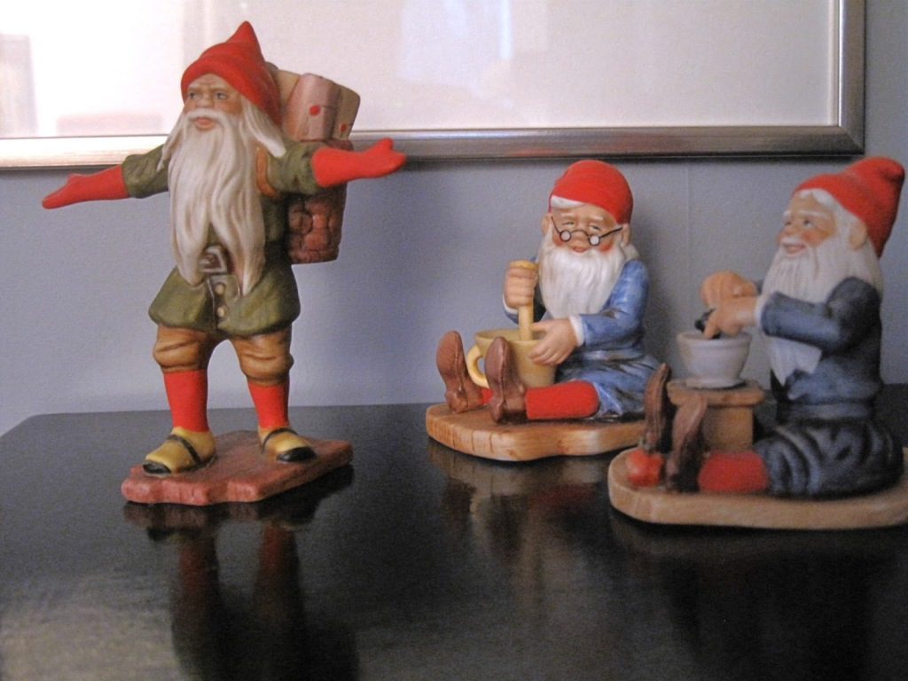 Kolme joulukoristetonttua.