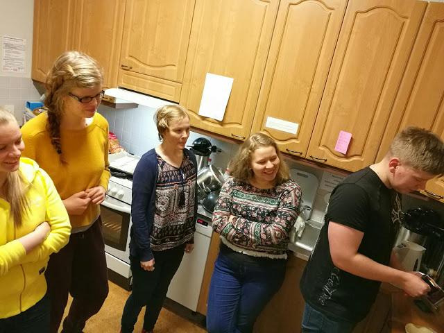 Neljä ihmistä katsoo, kun yksi keittää kahvia!