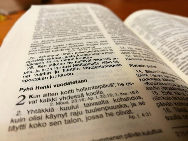 Raamattu auki Apostolien tekojen kohdalta.