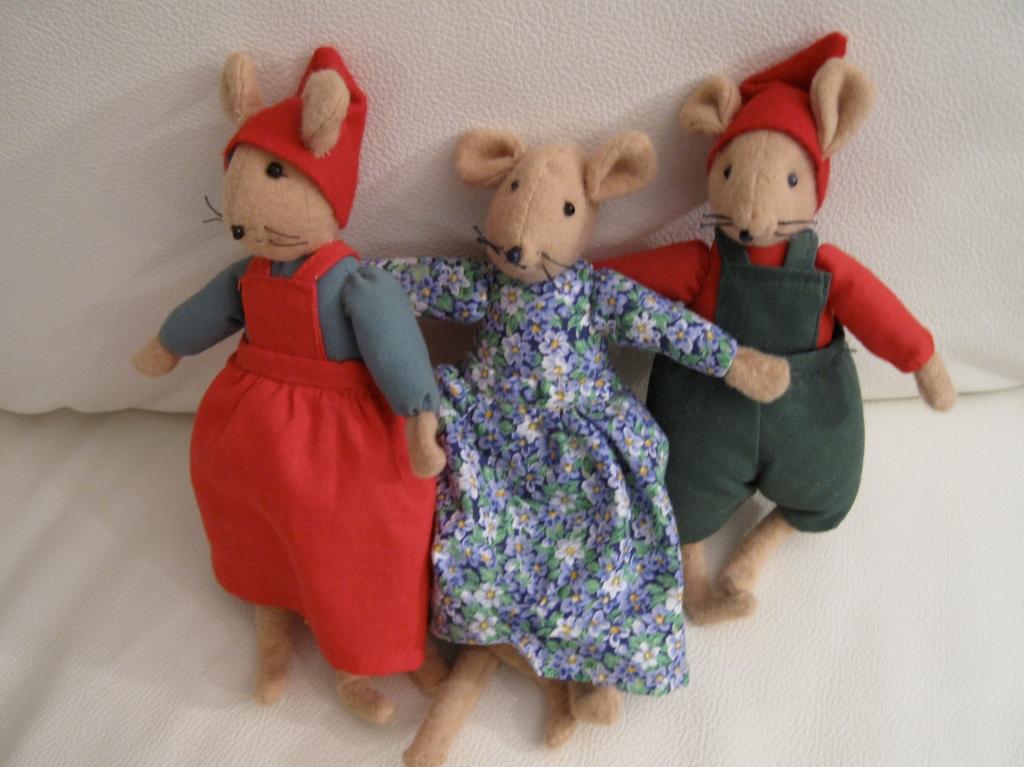 Inge-Majn valmistamat suloiset pikkuhiiret, tonttutyttö ja poika, keskellä pieni hiirtyttö kukkamekossaan.