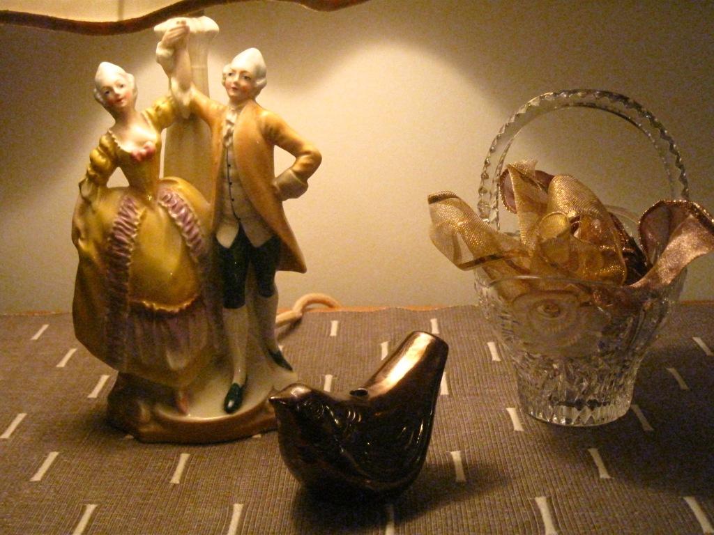 Kodin aarteita, vanha lamppu isovanhempien kodista, kristallimalja, jossa koristeena kultanauhaa.  Lintu, jonka rakas ystävä on lahjoittanut.