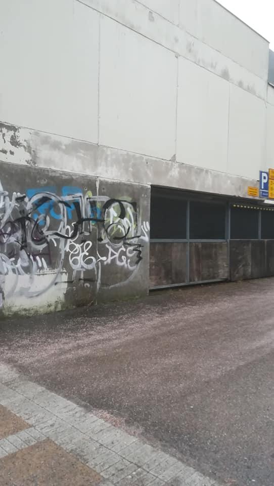 Kuvassa Keravan Sampotalon yhteydessä olevan käytöstä poistetun authohallin sisäänajoportti ja graffitit.