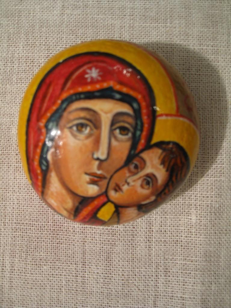 Pyöreän kiven pintaan maalattu hellyyden ikoni, madonna ja lapsi. Maalannut Sirja Luhtanen, Lohja.