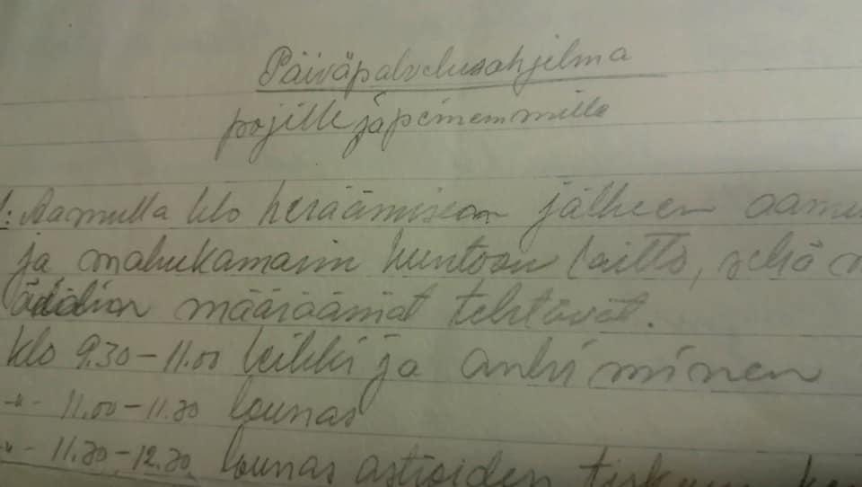 Kuvassa käsinkirjoitettu päiväpalvelusohjelman alku, joka tekstinä kuvan jälkeen.