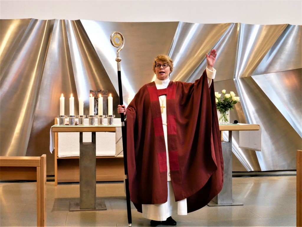 Espoon piispa Kaisamari Hintikka Keravan kirkon alttarin edessä.