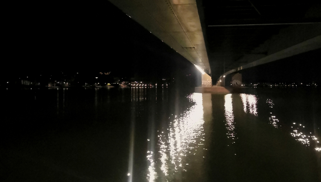 Öinen merimaisema valokuvattuna suuren sillan alta.