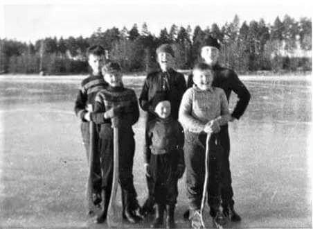 mustavalkoisessa kuvassa jääpallojoukkue jäällä.