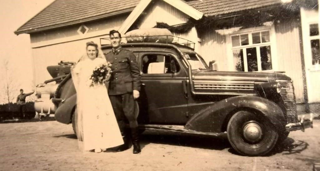 Hannu-Pekka Laihon isä ja äiti hääpäivänään ja taustalla häkäpönttöauto.