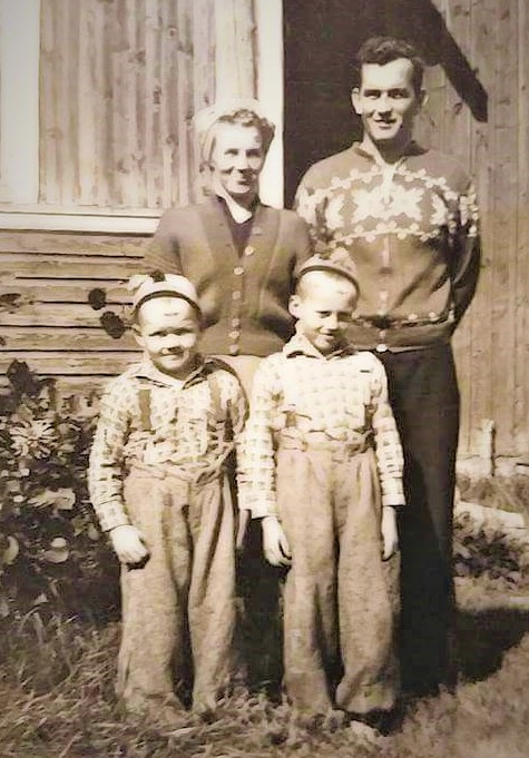 äiti, isä, isoveli ja tekstin kirjoittaja.