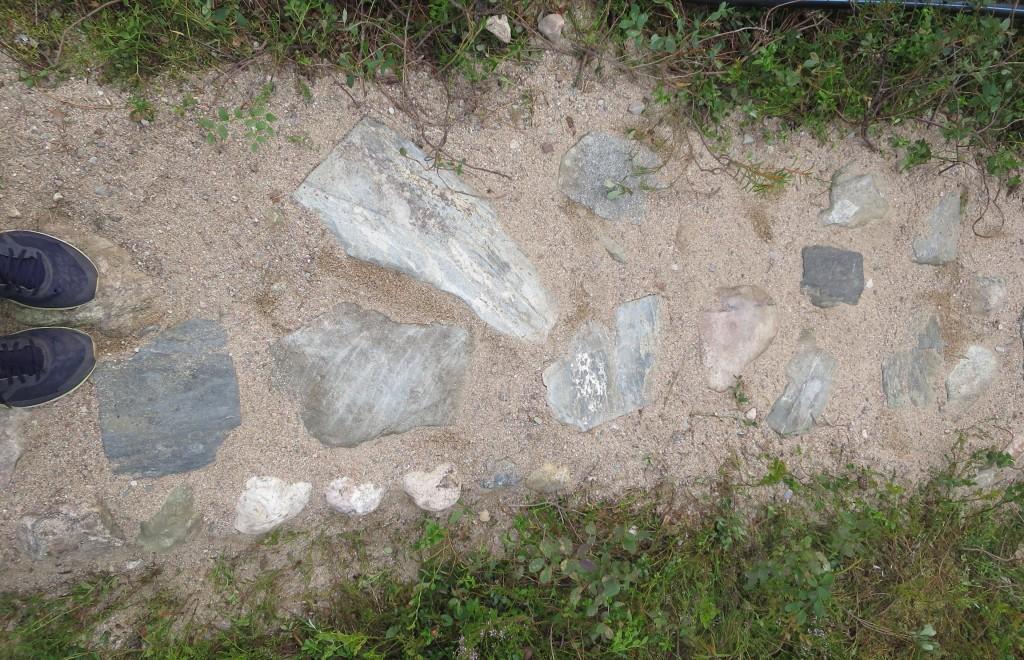 Kengänkärjet metsäisen kivipolun päässä.