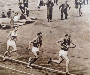 """Tässä """"Satupekka"""" kaartaa kärjessä loppusuoralle voittamassaan 5000 metrin juoksussa. Irvistys oli hänen tavaramerkkinsä."""