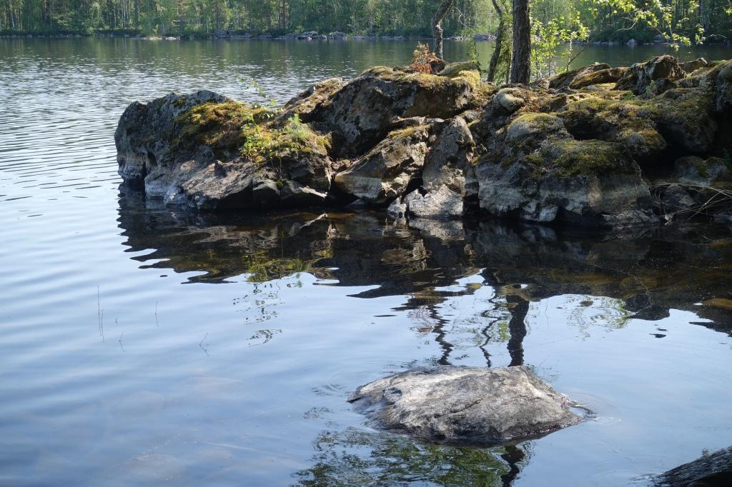 KIvinen niemi ja järven pinta.