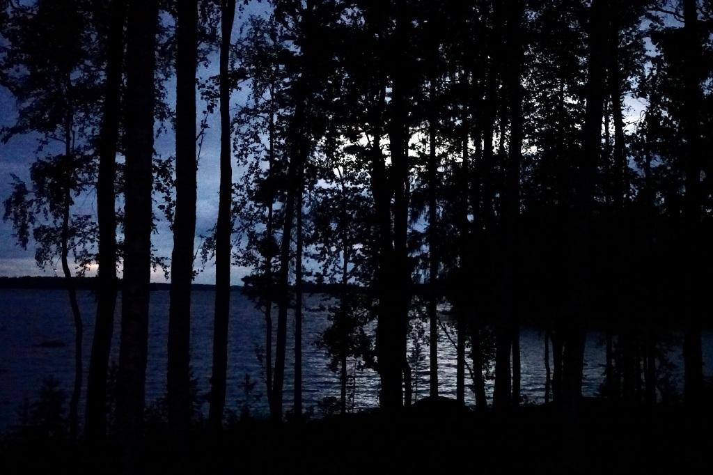 Valoisan pilven luoma silta öisellä järvellä.